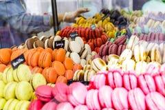 Kolorowych macarons deserowy asortyment dla sprzedaży Zdjęcia Stock