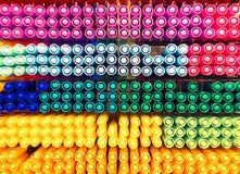 Kolorowych piór ustawiony ordynans na półce obraz stock