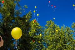 Koloru żółtego balon lata w niebieskie niebo po odpoczynku zdjęcie royalty free