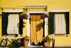 Koloru żółtego dom, kwiaty i bicykl w Burano, Wenecja, Włochy Obraz Royalty Free