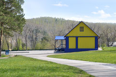 Koloru żółtego dom w parku Zdjęcia Royalty Free