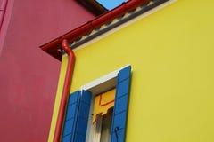 Koloru żółtego dom z czerwonymi rynnami w wyspie Burano blisko Wenecja Obraz Stock
