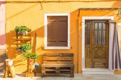 Koloru żółtego dom z kwiatami i ławką Kolorowi domy w Burano wyspie blisko Wenecja, Włochy Wenecja pocztówka Sławny miejsce dla E Fotografia Stock