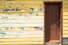 Koloru żółtego drzwi & ściana fotografia stock