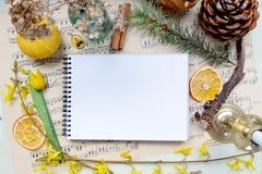 Koloru żółtego egzamin próbny up na rocznik muzykalnych notatek tle Obraz Stock