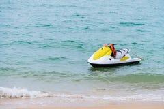 koloru żółtego i bielu Dżetowy narciarski unosić się na błękitnym morzu, Tropikalny ocean, pa Zdjęcie Royalty Free