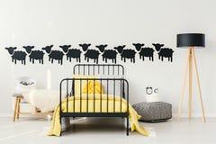 Koloru żółtego i czerni dzieciaka ` s sypialnia Obrazy Royalty Free