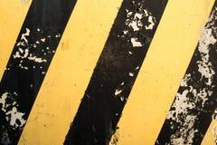 Koloru żółtego i czerni lampasy na betonowej powierzchni Obrazy Stock