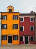 Koloru żółtego i czerwieni domy w Burano Obraz Royalty Free