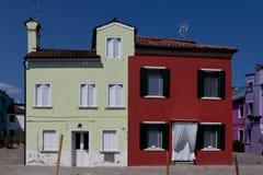 Koloru żółtego i czerwieni domy w Burano, Włochy Fotografia Royalty Free