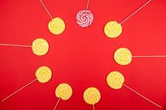 Koloru żółtego i menchii cukierki od cukierniczki fotografia stock