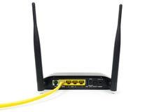 Koloru żółtego kabel łączył bezprzewodowy routera modem odizolowywający na wh zdjęcia royalty free