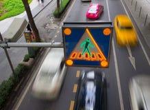 Koloru żółtego LCD pokaz zaświeca zebra znaka nad ruch drogowy w długim żaluzi prędkości ruchu skrzyżowanie przy tłem fotografia stock