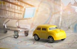 Koloru żółtego Miniaturowy samochód na małym wózku na zakupy na Bangkok miasta mapie z radarem, pojęcie dla podróży wokoło kierun fotografia stock
