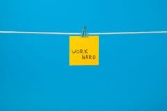 Koloru żółtego papieru notatka na sznurku z tekst pracą Mocno Fotografia Stock