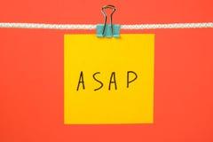 Koloru żółtego papieru notatka na sznurku z tekstem ASAP Obraz Stock