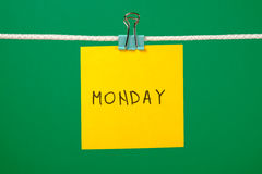 Koloru żółtego papieru prześcieradło na sznurku z tekstem Poniedziałek Zdjęcia Stock