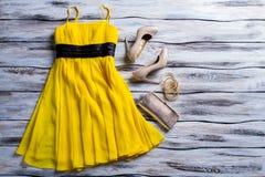 Koloru żółtego suknia, kiesa i buty, Zdjęcia Royalty Free