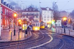 Koloru żółtego 28 tramwaj w Alfama, Lisbon, Portugalia Zdjęcia Stock