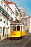 Koloru żółtego 28 tramwaj w Alfama, Lisbon, Portugalia Zdjęcie Stock