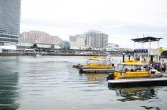 Koloru żółtego wodny taxi w porcie przy Kochanym schronieniem Obrazy Stock