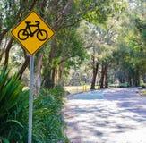 Koloru żółtego znak cykl ścieżka przy jawnym parkiem fotografia stock