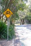 Koloru żółtego znak cykl ścieżka przy jawnym parkiem zdjęcia stock