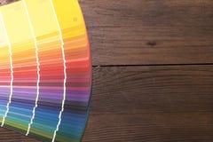 Koloru katalog na drewnianym biurku Zdjęcie Royalty Free