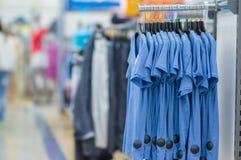 Koloru Koszulki na stojakach w supermarkecie Obraz Royalty Free
