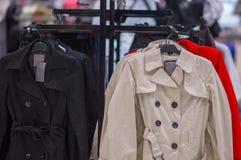 Koloru kurtki na stojakach w centrum handlowym Zdjęcie Stock