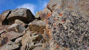 Koloru mech stojący na wielkim kamieniu Wielki kamienia kłamstwo na górze each inny obrazy royalty free