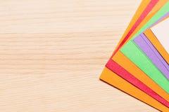 Koloru papier dla origami kłama na fan lekki drewniany stół obraz stock