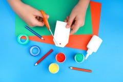 Koloru papier, farba i ręki, zdjęcia royalty free