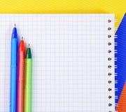 Koloru pióro na papierze z notatnikiem Zdjęcia Stock