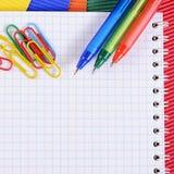 Koloru pióro na papierze z notatnikiem Obraz Stock