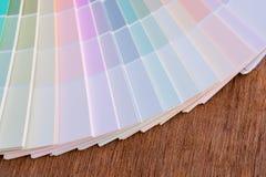 Koloru przewdonik na drewnianym tle Zdjęcia Stock