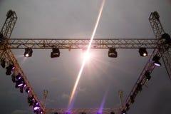 Koloru reflektor przy koncertem przy nocą Obrazy Stock