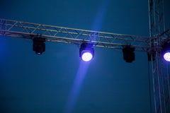 Koloru reflektor przy koncertem przy nocą Obraz Royalty Free