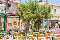 Koloru stół w tradycyjnej Greckiej kawiarni i krzesła Zdjęcie Stock