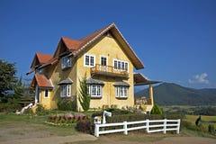 Koloru żółtego dom Obrazy Stock
