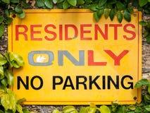 Koloru żółtego, rewolucjonistki i czerni znak Twierdzi mieszkanów TYLKO, ŻADNY parking Fotografia Royalty Free