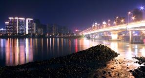 Kolory brzeg rzeki przy nocą Obrazy Royalty Free