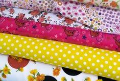 Kolory i wzór tkanina w tkanina sklepie Zdjęcia Stock