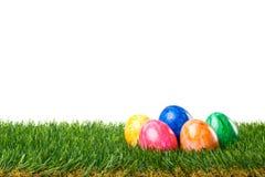 Wielkanoc - Kolorowi jajka w trawie Zdjęcia Royalty Free