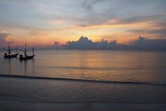 Kolory ranku niebo z łodziami zdjęcie royalty free