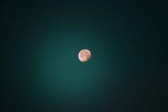 kolory wykładają noc fotografię Ziemska satelita księżyc w pełni pagodowy shwedagon Yangon Myanmar Obrazy Royalty Free