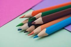 Koloryt ołówki na koloru tle obrazy stock