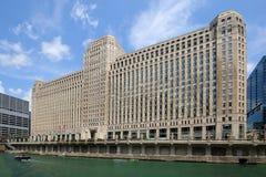 Kolosalny budynek na Chicagowskiej rzece zdjęcie stock
