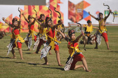 Kolosalny taniec przy sztuka festiwalem zdjęcia stock