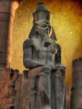 Koloss von Ramses II im Luxor-Tempel (Ägypten) lizenzfreie stockfotos